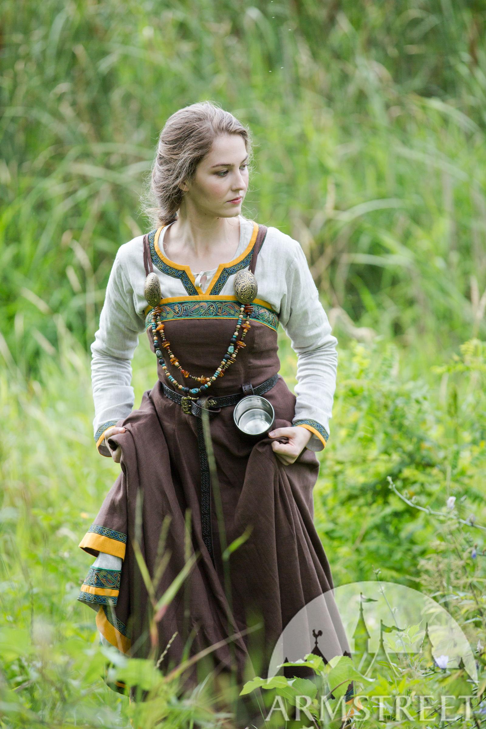 Foyer Robe Avec Tablier « Ingrid La Maîtresse À Viking » Ancienne Du MGLqUpzVS