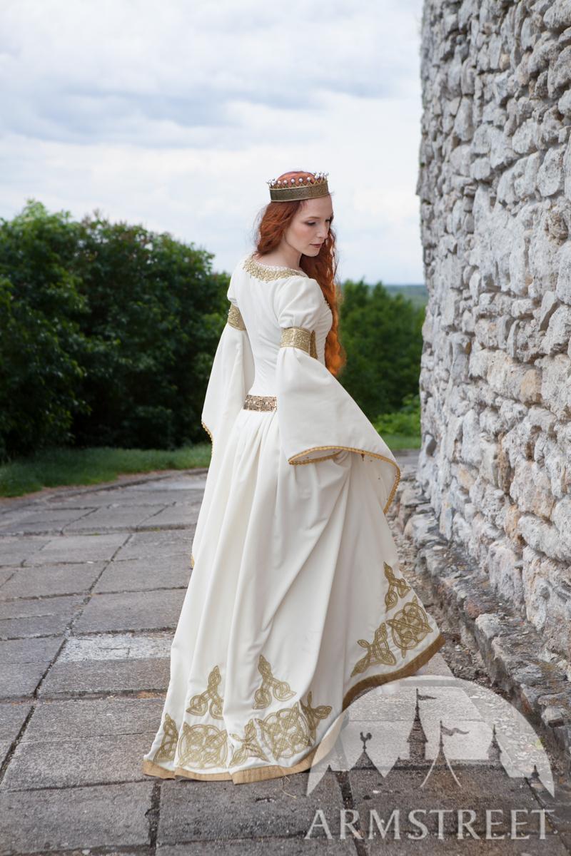robe blanche l adoubement mariage m di val disponible en passement adoubement dor. Black Bedroom Furniture Sets. Home Design Ideas